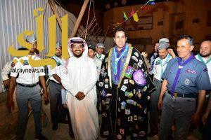الأمين العام للمنظمة الكشفية العالمية يُبدي إعجابه بمشلح عربي زُين بالشارات الكشفية