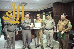 سعادة نائب مدير شرطة منطقة الجوف يكرم عدداً من أفراد قوة الضبط الميداني