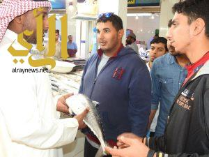 متدربو العلوم الزراعية بجامعة الفيصل يتعرفون على طرق فحص الأسماك في سوق الدمام المركزي