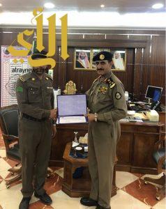 """تكريم """"العنزي"""" من شرطة محافظة القريات لتميزه بعمله"""