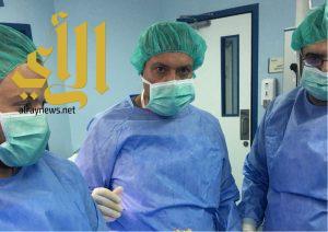 خبراء عالميون يشاركون في إجراء عملية جراحية بأحد رفيدة
