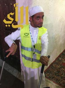 """القحطاني يتحدى الإعاقة """"الفكرية"""" ويشارك في تنظيم الزوار في الخيمة الشعبية بمهرجان صيف الشرقية"""