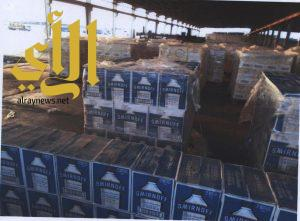 """إحباط محاولة تهريب أكثر من 15 ألف زجاجة خمر مخبأة بإرسالية """"مياه ورد"""" بالرياض"""