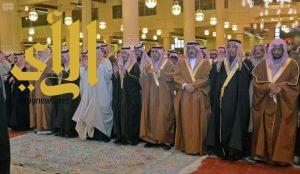 الأمير أحمد بن عبدالعزيز وعدد من أصحاب السمو يؤدون صلاة الميت على الأميرة العنود بنت متعب