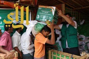مركز الملك سلمان للإغاثة يدشن توزيع السلال العذائية للاجئين الروهينجا في مخيم بالوكالي