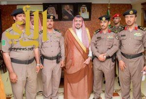"""أمير القصيم يكرم ضابطا وفردين بشرطة أبانات بـ""""نوط الأمن"""""""