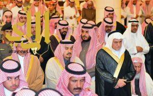 أمير الرياض يؤدي صلاة الميت على الأمير عبدالعزيز بن بندر بن عبدالعزيز