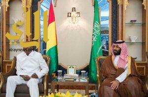 نائب خادم الحرمين الشريفين يجتمع مع رئيس جمهورية غينيا