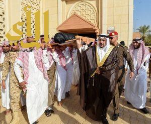 أمير القصيم يؤدي صلاة الميت على شهيد الواجب الرشيدي