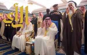 """الملك سلمان يؤدي صلاة الميت على الأمير عبدالرحمن بن عبدالعزيز آل سعود """"رحمه الله"""""""