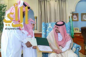 أمير الجوف يكرم طالباً أنقذ زميله في المدرسة من طارئ صحي