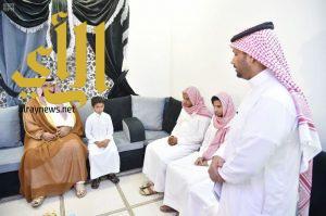 نائب أمير منطقة جازان يعزي أسرة الشهيد علي منجحي
