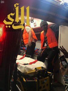 حرس الحدود ينقذ شخصين فقد قاربهما في عرض البحر بمحافظة جدة