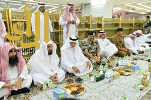 أمير مكة المكرمة يشارك رجال الأمن طعام الإفطار في المسجد الحرام