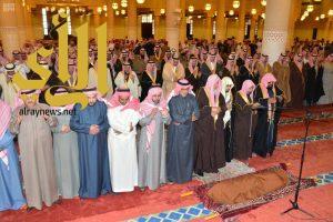 أمير الرياض يؤدي صلاة الميت على سمو الأمير بدر بن محمد بن عبدالرحمن -رحمه الله-