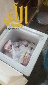 بلدية سيهات تضبط 86 كيلوغرام مواد غذائية غير صالحة في منزل تستخدمه عمالة