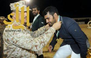 العريفي يتوج الفارس الحربي بكأس وزارة الحرس الوطني للحواجز