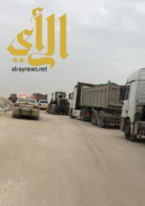 بلدية غرب الدمام تضبط 3 شيول و 7 شاحنات تنهل الرمال على طريق الرياض