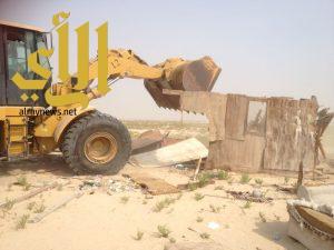 بلدية غرب الدمام تزيل 32 خيمة وصندقة متعدية على طريق ابو حدرية