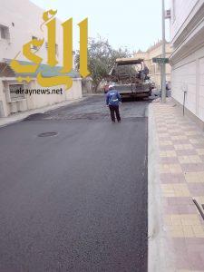 بلدية الجبيل تواصل أعمال سفلتة بعض الشوارع