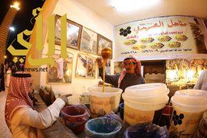 بخبرة 100 عام الصهدي يكشف أسرار العسل لزوار قرية عسير بالجنادرية