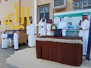 مدير التعليم و المساعد يكرمان الطلاب الفائزين في التصميم الفني بمجمع الملك عبدالعزيز