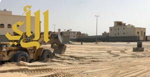 بلدية الخبر تبدأ في تنفيذ مشروع ردم التجمعات المائية في حي العزيزية