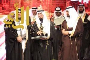 مدير تعليم صبيا يتسلم درع التميز الإداري من وزير التعليم