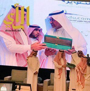 وزير التعليم يُكرم تعليم مكة لتحقيها درع التميز على مستوى المملكة في برنامج تواصل وخدمة المستفيدين