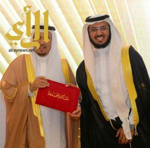 الدكتور سعد الغانم يحصل علي جائزه افضل بحث طبي بجامعة المجمعه