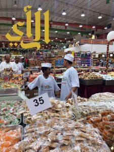 طلاب نادي ابن باز الموسمي بمكة يتطوعون بـ ٤ ساعات عمل في سوبرماركت