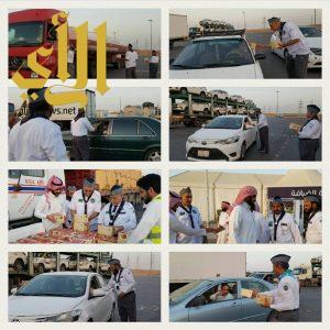 رواد الكشافة محافظة المجمعة يوزعون وجبات إفطار الصائم بالخط السريع