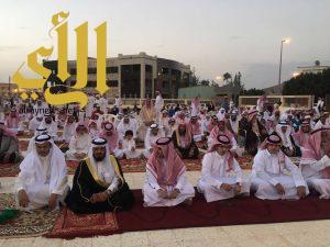 محافظ تنومة يتقدم المصلين في صلاة عيد الفطر بمصلى العيد بالمحافظة
