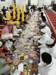 """مائدة إفطار """"عاشوراء"""" تجمع أهالي حي عليم الدين بمواركة مكة"""