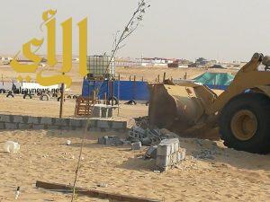 بلدية غرب الدمام تزيل 12 موقع من المخيمات والأحواش العشوائية على طريق الدمام الرياض
