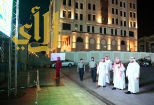 الدكتور السديس ونائبه يطلعان على الشاشات الجديدة في ساحات المسجد النبوي