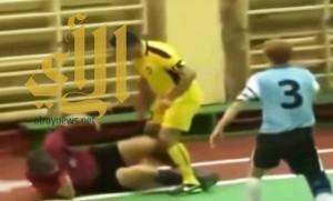 بالفيديو .. لاعب مطرود يوجه ضربة قاضية إلى الحكم