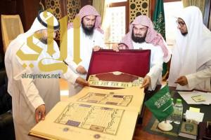 السديس يسلم نسخة نادرة من المصحف لمكتبة المسجد النبوي بالمدينة