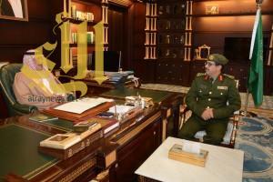 """أمير """"الباحة"""" يستقبل مدير جوازات منطقة الباحة بمكتب سموه"""