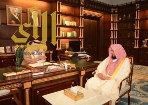 """أمير """"الباحة"""" يستقبل بمكتبه رئيس المحكمة الإدارية"""