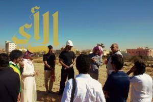 طلاب جامعة الملك خالد يشاركون في أعمال موقع جرش الأثري