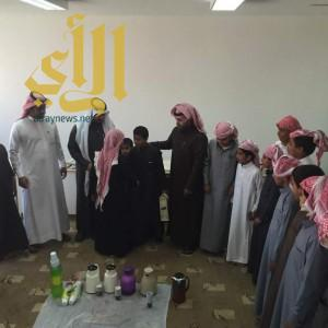 طلاب مرحلة ابتدائية بالمضة يحتفون بزميلهم اليمني
