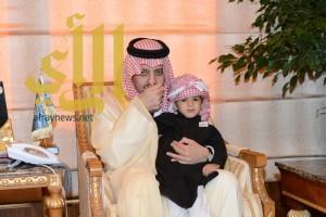 أمير عسير يستقبل أسرة الشهيد الحياني وسلمان