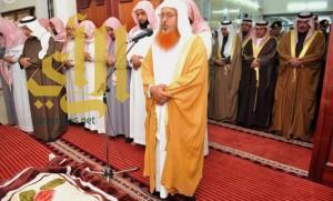 أمير الباحة يؤدي صلاة الميت على الشهيد العريف علي الزهراني