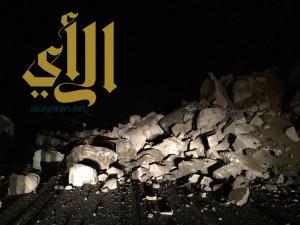 """انهيارات صخرية تغلق عقبة """"حزنة"""" بمحافظة بلجرشي"""