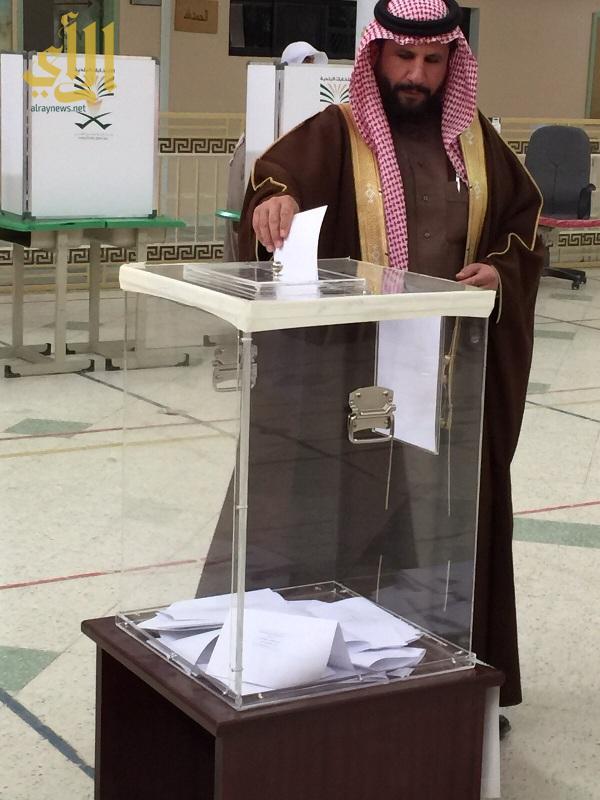 احد الناخبين يدلي بصوته