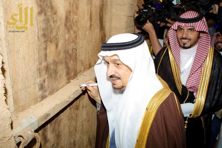 دشن أمير الرياض عدداً من البرامج الخدمية للجمعية تمثلت في مشروع فريق الزهايمر للطوارئ