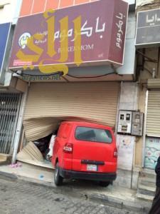 الهلال الأحمر بالقصيم يباشر حادث دخول سيارة بمحل تجاري