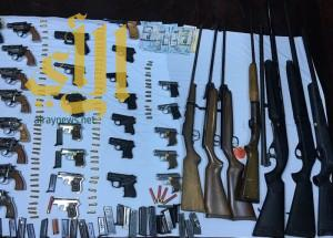 تحريات القصيم تضبط أسلحة نارية وذخيرة ومبلغ مالي