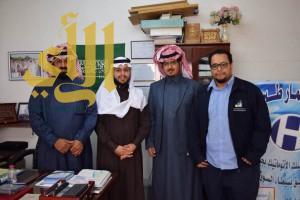وفد من المعهد الصناعي الثانوي بطبرجل يقدمون درع شكر لرجل الأعمال حسين الدوسري